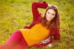 Utomhus- stående av den härliga rödhårig mankvinnan Royaltyfria Foton