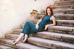 Utomhus- stående av den unga kvinnan för härlig rödhårig man Arkivfoto