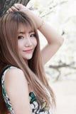 utomhus- stående för asiatisk flicka Royaltyfri Foto