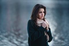Utomhus- stående för höst av den unga härliga trendiga kvinnan Royaltyfria Bilder