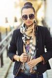 Utomhus- stående för trendig kvinna - closeup Arkivfoto