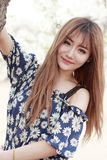 Utomhus- stående för ung asiatisk flicka Royaltyfria Bilder