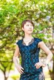 Utomhus- stående för vårflicka i blommande träd Romantisk kvinna för skönhet i blommor sinnlig lady härlig kvinna Royaltyfri Bild