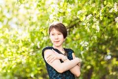 Utomhus- stående för vårflicka i blommande träd Romantisk kvinna för skönhet i blommor sinnlig lady härlig kvinna Royaltyfri Foto