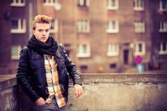 Utomhus- stilig trendig man fotografering för bildbyråer
