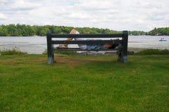 Utomhus- ta sig en tupplur vid sjön Royaltyfri Foto