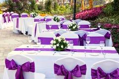 Utomhus- tabeller med tjänade som platta- och wineexponeringsglas Royaltyfri Foto