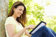 utomhus tablet genom att använda kvinnan Arkivbild