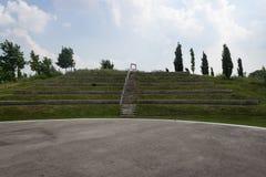 Utomhus- teater framme av blå himmel arkivfoto