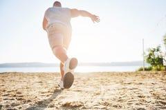 Utomhus- terränglöpning i sommarsolskenbegreppet för att öva, kondition och sund livsstil Close upp av fot arkivbild