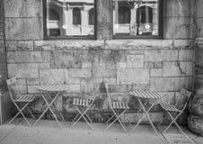 Utomhus- terrass för tabeller och för stolar Royaltyfri Bild