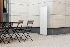 Utomhus- tom kanfas rullar upp på gatakafét, tolkningen 3d fotografering för bildbyråer