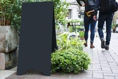 Utomhus- tom Signage för metall för svart för brädeställningsåtlöje upp royaltyfri foto