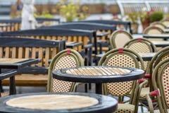 Utomhus tomt kafé med inget, runda plast- kaffetabeller för restaurang och bekväma stolar på den soliga stads- trottoaren för som royaltyfri bild