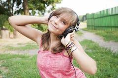 utomhus tonårs- flickahörlurar Arkivfoton