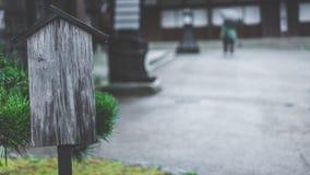 Utomhus- träbokstavsstolpeask arkivfoton