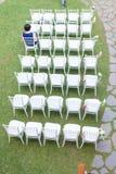 Utomhus- trädgårds- stilbröllopinställningar arkivfoton