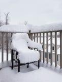 Utomhus trädgårds- stol som begravas i snödriva Arkivfoton