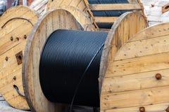 Utomhus- träspolar av elektrisk kabel Royaltyfri Fotografi