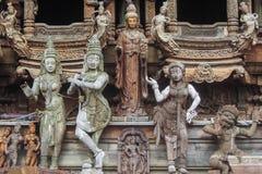 Utomhus- trästatyer för thailändsk konst Royaltyfria Bilder