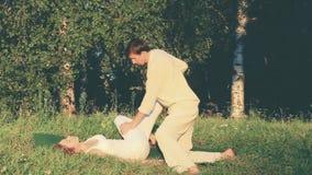 Utomhus- traditionell thailändsk massage stock video