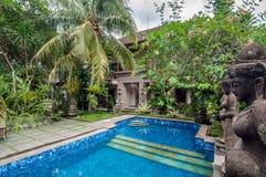 Utomhus- traditionell villa för pöl royaltyfri fotografi