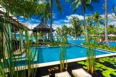 Utomhus- tropisk massagegazebo på stranden bredvid att simma po royaltyfri foto