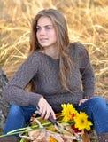 Utomhus- ung korg för kvinnaholdinggrönsaker Royaltyfri Bild