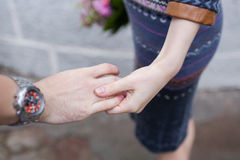 Utomhus- unga älska par, innehavhänder Naturligt ljus, selektiv focuÑ‹, Arkivfoto