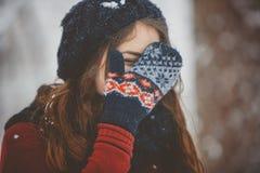 Utomhus- unga kvinnor tycka om snön arkivbilder