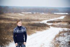 Utomhus- unga lyckliga män Fotografering för Bildbyråer