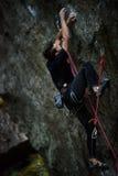 Utomhus- unika sportar Vagga klättraren på en utmanande stigning Extreeme klättring royaltyfria foton
