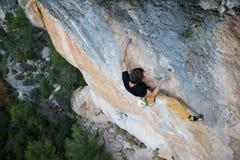 Utomhus- unika sportar Vagga klättraren på en utmanande stigning Extreeme klättring fotografering för bildbyråer
