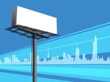 Utomhus- Unipole baneraffischtavla på en blå stadshorisont royaltyfri illustrationer
