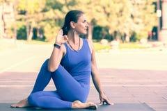 Utomhus- ursnygg praktiserande yoga f?r ung kvinna Lugn och kopplar av, suddig bakgrund f?r det kvinnliga lyckabegreppet fotografering för bildbyråer