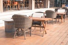 Utomhus- uteplats med den tomma stol och tabellen Royaltyfri Fotografi