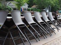 Utomhus- uteplatsstång för Lakeside med tabeller och stolar royaltyfri bild