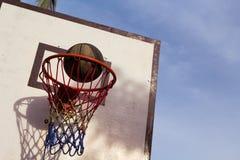 Utomhus- utrustning för basketmatch Korg och boll Exakt bollkast i korg royaltyfria bilder