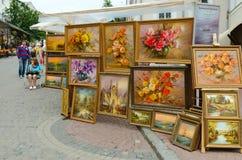 Utomhus- utställning och försäljning av målningar på den slaviska basaren, Viteb Arkivfoton