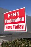 utomhus vaccination för tecken h1n1 Fotografering för Bildbyråer