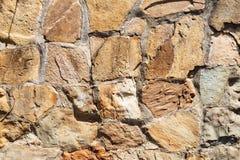 Utomhus- vägg från naturliga kullersten Arkivfoto
