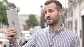 Utomhus- video pratstund på minnestavlan av den tillfälliga mannen för skägg lager videofilmer
