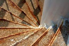 Utomhus- vit spiral trappa som göras av rostad metall och betong royaltyfria bilder