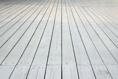 Utomhus- vitt trägolv för uteplats eller för veranda i perspektivsikt royaltyfri bild