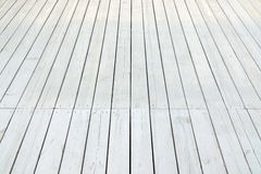Utomhus- vitt trägolv för uteplats eller för veranda i perspektivsikt royaltyfri foto