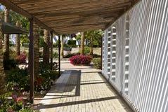 utomhus- walkway för hotell royaltyfria bilder