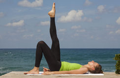 utomhus- yoga Arkivfoton
