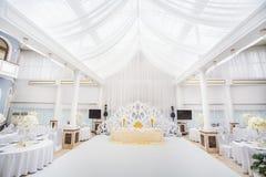 Utomordentligt dekorerad brölloptabellinställning med stearinljus och bou Arkivfoto