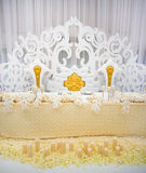 Utomordentligt dekorerad brölloptabellinställning med stearinljus och bou Royaltyfria Foton