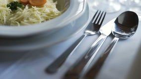 Utomordentligt dekorerad tabell för romantisk matställe stock video
